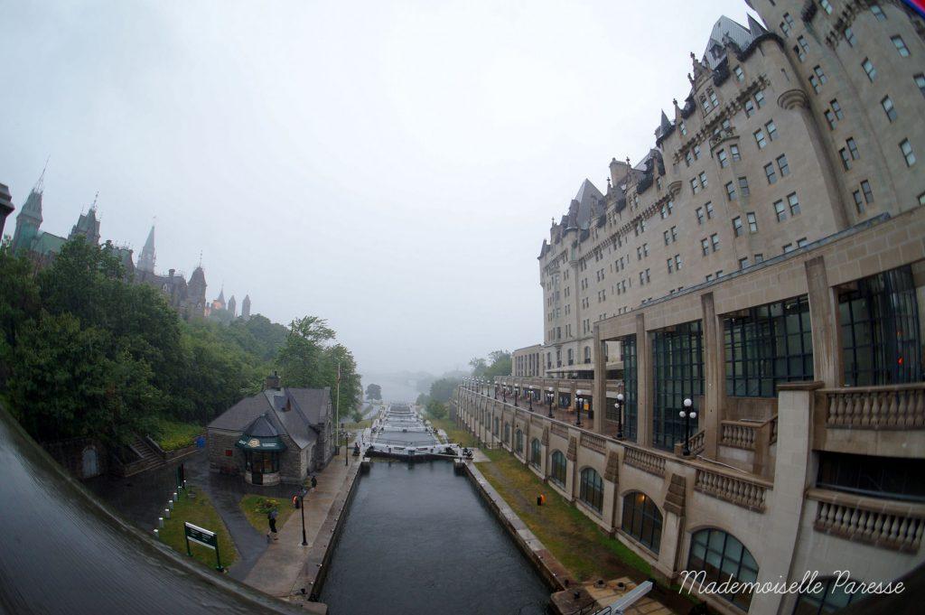 mademoiselle-paresse-ottawa-canal-rideau-sous-la-pluie